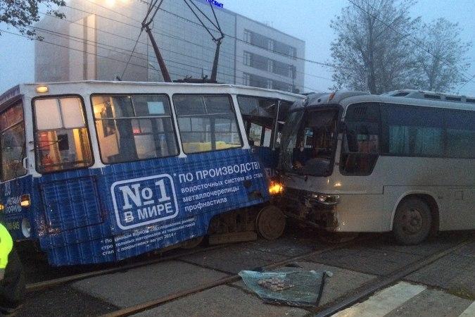 Трамвай и автобус столкнулись