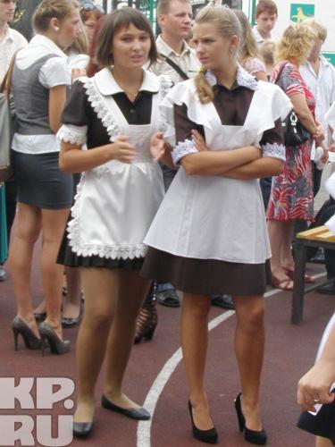 Старшеклассницы оделись в классическую форму, но про шпильки не забыли.