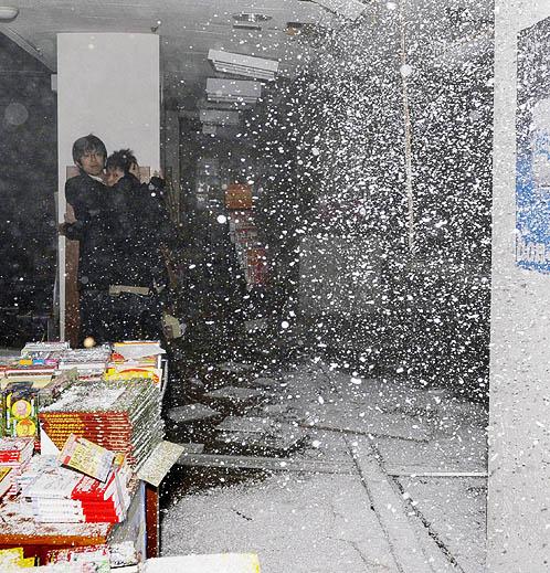 Первые толчки застали врасплох посетителей книжного магазина
