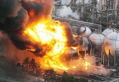 Горит завод по переработке нефти в Ичихаре