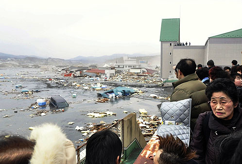Жители города Кессенума наблюдают за последствиями цунами