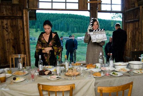 Съёмка сцен после похорон персонажа. На фото актриса Анна Данькова, асс-т реж. Настя Сорокина.