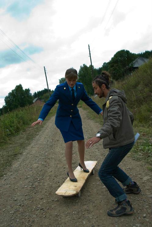 Кын-завод. Евгений учит Ольгу Хохлову  кататься на самодельном деревянном скейте.