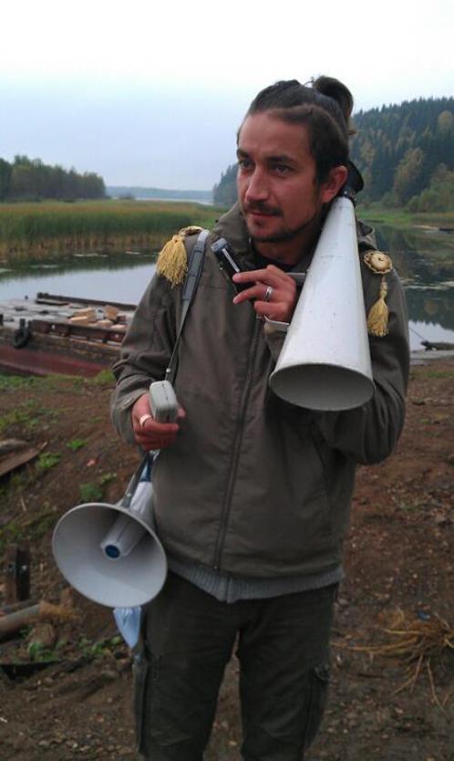 Евгений и его атрибуты второго режиссера - рупор, громкоговоритель, рация.