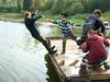 Съёмка трюковой сцены. Евгений толкает в воду Романа (персонаж Ромка).
