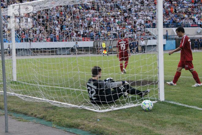 После очередного гола «Факела» вратарь гостей Сергей Панов долго не находил в себе сил встать.