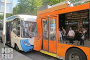 В центре Краснодара пассажирский автобус «поцеловал» троллейбус