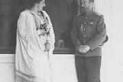 1914 год. Царское село. Император вместе с придворной дамой.