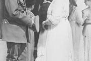 1914 год. Царское село. Императрица Алескандра Федоровна разговаривает с графом Фредериксом. На заднем плане – великие княжны Ольга, Татьяна, Мария и Анастасия.