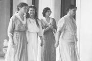 1914 год. Императрица (впереди) с дочерьми Ольгой, Марией и Татьяной(слева направо).