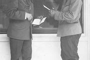 1915 год. Царское село. Император (справа) ведёт деловой разговор с графом и членом Государственного совета, Владимиров Фредериксом.