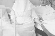 1916 год. Царское село. Александра Федоровна в одной  из палат Дворцового госпиталя. Рядом - раненные на войне солдаты.
