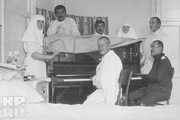 1916 год. Царское село. Великие княжны Ольга и Татьяна вместе с врачами и ранеными в госпитале.