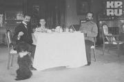 1915 год. Царское село. Цесаревич Алексей Николаевич завтракает со своими учителями.