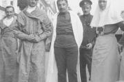 1916 год. Возле Дворцового госпиталя в Царском селе. Великие княжны Ольга и Татьяна вместе с раненными.
