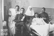 1916 год. Царское село. Великая княжна Ольга вместе с раненными и навестившими их офицерами.