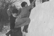 1916 год. Царское село. Император вместе с детьми Алексеем, Марией и Анастасией играют на снежной крепости.