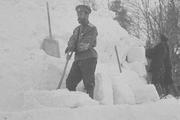 1916 год. Царское село. Николай Второй на построенной им снежной крепости.
