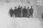 1916 год. Царское село. Царь вместе с цесаревичем и великими княжнами на сооруженной ими снежной крепости.