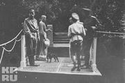 1917 год. Царское село. Император уже отрекся от престола. На фото он вместе с сыном Алексеем и дочками Ольгой и Татьяной. Из-за болезни девушкам побрили волосы.