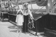 1913 год. Алексей вместе с дочерью одного из придворных штурвала яхты «Штандарт».