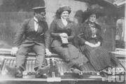 1914 год. Императрица Александра Федоровна (справа) и фрейлина Анна Вырубова на яхте «Штандарт».