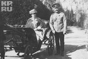 1914 год. Крым. Александра Федоровна в коляске, рядом с ней флигель-адьютант Саблин.