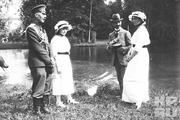 1914 год. Царское село. Великие княжны Мария(слева) и Ольга беседуют с преподавателем Пьером Жильяром и флигель-адьютантом.