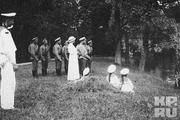 1914 год. Царское село. Император с детьми, матросами и солдатами на берегу пруда.