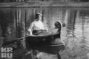 1914 год. Царское село. Фрейлина Анна Вырубова на каноэ.