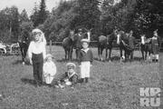 1914 год. Цесаревич вместе с детьми боцмана Деревенько в царскосельском парке.