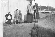 1916 год. Могилев. Великие княжны Татьяна и Мария вместе со сторожевыми детьми.