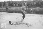 1916 год. Могилев. Император вместе с сыном играет на берегу Днепра.