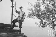 1914 год. Николай Александрович на прогулке в простой русской одежде.