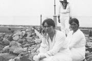 1913 год. У берегов Финляндии. Великие княжны Ольга, Татьяна и цесаревич Алексей.