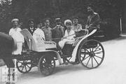 1914 год. Император с сыном и приближенными на прогулке.