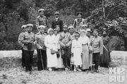 1916 год. Император во время приезда к нему в Ставку, в Могилев, дочерей с офицерами, охраной в саду. Слева от него Ольга, Татьяна, справа- Анастасия.