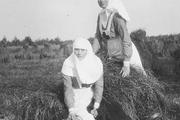 1916 год. Великие княжны Ольга и Татьяна в костюмах сестер милосердия.