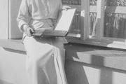 1914 год. Царское село. Великая княжна Татьяна разглядывает семейный фотоальбом.