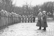 1915 год. Могилев. Николай Александрович Романов вместе с сыном Алексеем на встрече с построенными солдатами и офицерами, награжденными Георгиевскими знаками отличия.