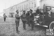 1916 год. Могилев. Император в Ставке беседует с генералами и офицерами возле губернаторского дома.