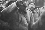 1916 год. Николай Второй вместе с генералами и офицерами пробует солдатскую кашу во время одного из посещений прифронтовой полосы.