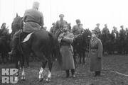 1915 год. Николай Второй вместе с сыном Алексеем на смотре казачьего полка.