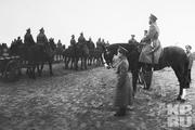 1915 год. Одесса. Перед Николаем Вторым и Алексеем Николаевичем проходят артиллерийские подразделения.