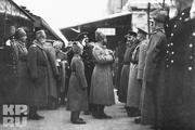 1915 год. Херсон. Царя вместе с сыном встречают генералы и офицеры.
