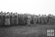 1915 год. Царь вместе с Алексеем смотрят на строй георгиевских кавалеров.