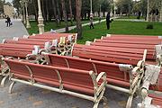 Скамеечки готовятся занять место в новом парке