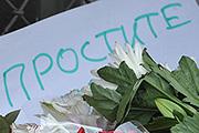 Москвичи принесли цветы к посольствам Нидерландов и Малайзии