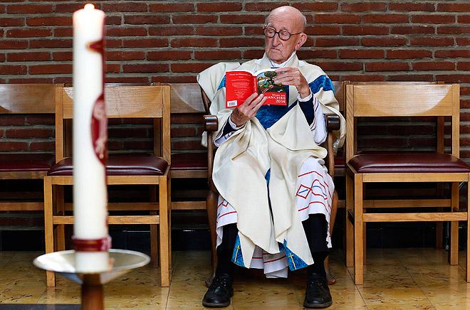Отец Жак Клемен считается самым престарелым католическим священником на планете. Бельгиец до сих пор проводит службы в храме города Налин, несмотря на более чем почтенный возраст - 101 год.