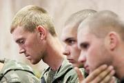 Российские десантники, задержанные 25 августа в Донецкой области, были доставлены в Киев, помещены в следственный изолятор и предъявлены прессе. Журналистам также были продемонстрированы видеозаписи допросов военнослужащих.